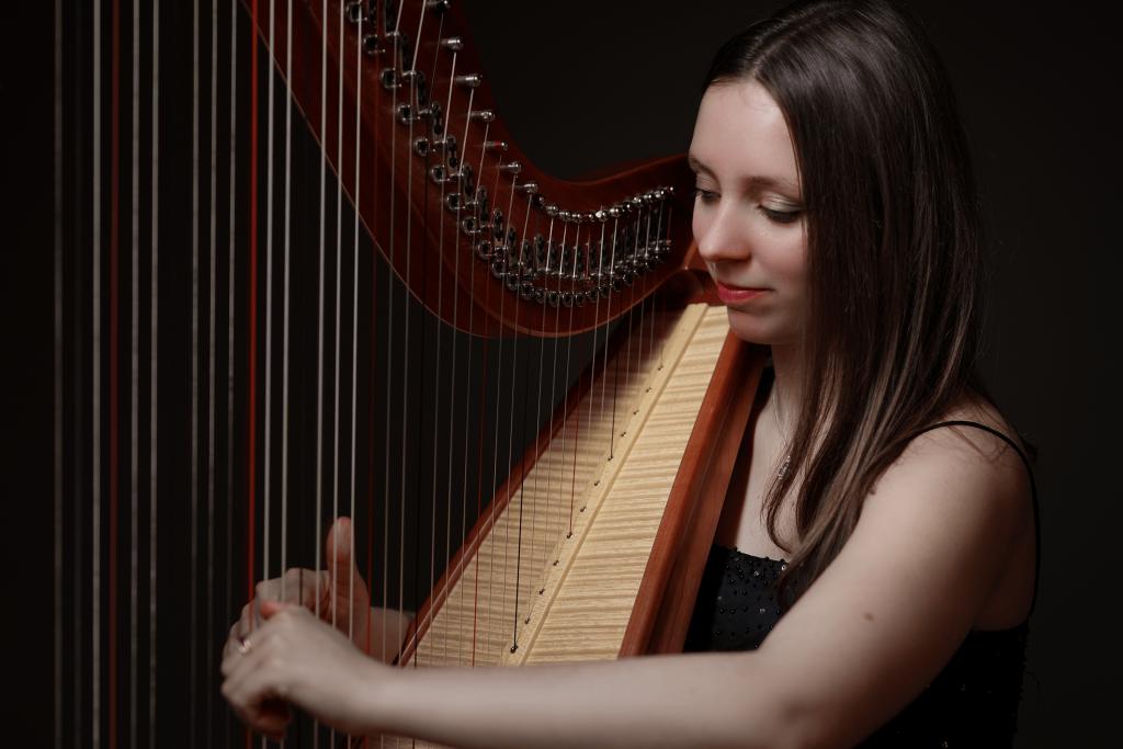 Theresa spielt Harfe, Hintergrundbild