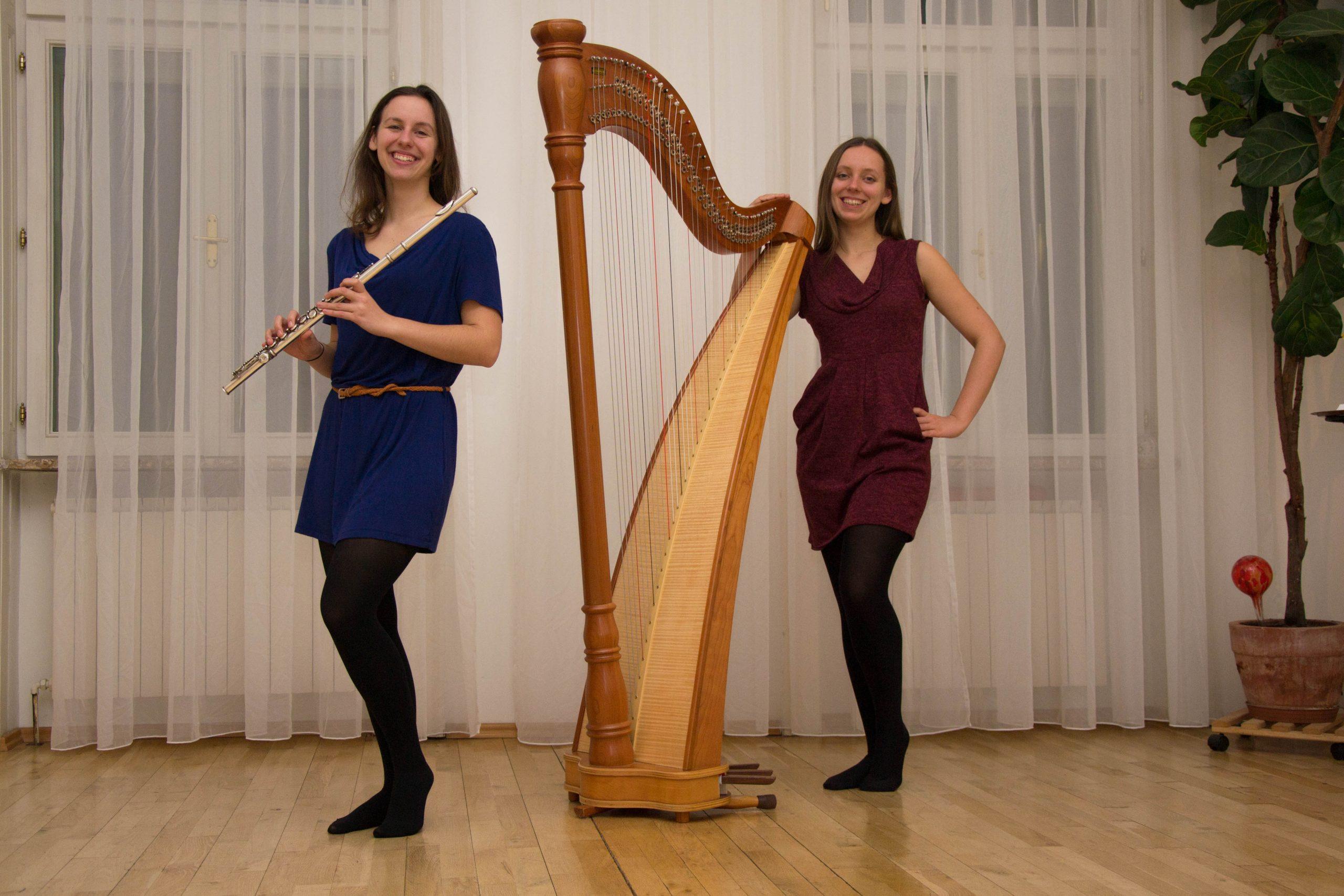 Theresa und Miriam stehen mit ihren Instrumenten