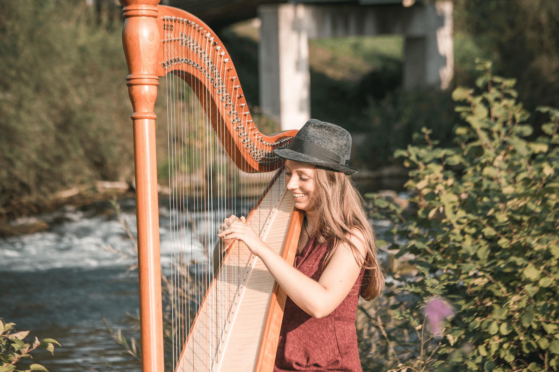 Theresa spielt Harfe